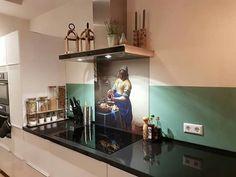 Achterwand Keuken Ideas : Stoere grijze tegel als achterwand in strakke witte keuken keuken