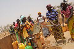BURKINA FASO: Donde el agua es oro POZOS QUE CAMBIAN VIDAS El hecho de acercar el punto de agua potable al poblado, no solo beneficia a las mujeres, haciendo que no estén tan cansadas y permitiéndoles una mayor higiene y tener más tiempo libre para emprender otras acciones, a veces generadoras de ingresos. Los pozos de agua en un poblado, cambian la vida para toda la familia.  | Planeta Futuro | EL PAÍS