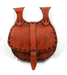 Medieval belt bag used in century by Vikings. Made of maroon leather and sewn with blach straps. I personally like to use it as a shoulder bag, just have to thread belt throught eyelet and han. Diy Leather Belt, Leather Art, Leather Pouch, Leather Tooling, Leather Purses, Leather Backpack Pattern, Medieval Belt, Belt Purse, Hip Bag