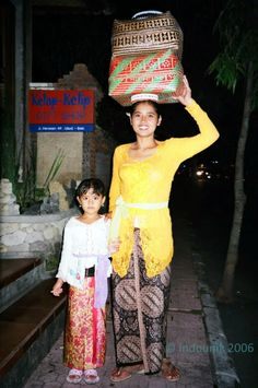 Mother and daughter in Ubud on the eve of Nyepi. © Indounik Bali 2006