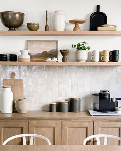 Oak Floating Shelves, Floating Shelf Decor, Oak Shelves, Kitchen Shelves, Kitchen Interior, Kitchen Design, Kitchen Decor, Interior Desing, Shelving Design