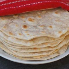 Aprenda a preparar tortilha mexicana com farinha de trigo com esta excelente e fácil receita.  As tortilhas de trigo são semelhantes às de milho, porém mais claras,...