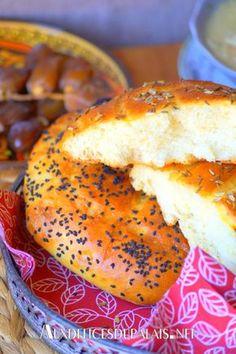 Pain algérien au four ultra moelleux #ramadan r ou #khobzelkoucha à la semoule fine et à la farine extra moelleux cuit au four, il a la texture d'une brioche avec une mie légère, aérée garnis de graines de fenouil et de nigelle parfait pour accompagner les fameuses soupes du mois de #ramadan ou #Harira ou #chorba #recipes #algeriantraditionaldresses #maroc #bread #ramadhan #food