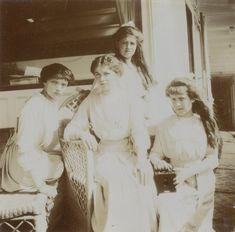 Grand Duchesses Olga Nikolaevna, Tatiana Nikolaevna, Marie Nikolaevna e Anastasia Nikolaevna, a bordo do Imperial Yacht Standart, em maio de 1913.