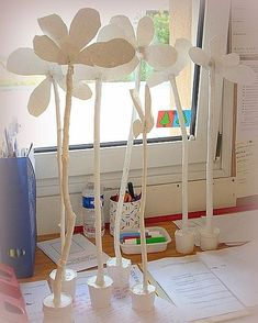 Sculpter, peindre une fleur pour maman...avec branche fixée dans un pot... Une déco tendance...