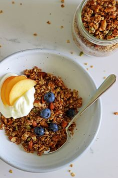 The best healthy homemade granola - a simple recipe to make your own healthy breakfast cereal from scratch. Cheap to make, delicious and fully customisable! Plus, the bonus of having no sugar! Fun Easy Recipes, Easy Snacks, Healthy Recipes, Healthy Meals, Toddler Recipes, Healthy Food, Muesli Recipe, Breakfast Recipes, Breakfast Ideas