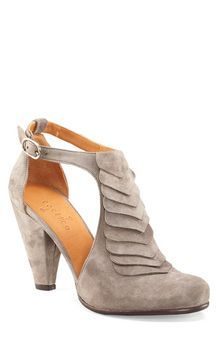 Love love love chunky heels that go to a point. #sandalsheelslow