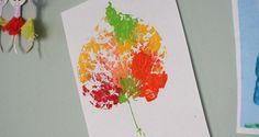 Een kleurrijk schilderij van een herfstblad