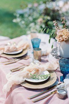 Pastel micro wedding inspiration Photo: @dusoleilphoto Wedding Reception Decorations Elegant, Wedding Reception Food, Wedding Dinner, Wedding Table Settings, Wedding Picnic, Wedding Receptions, Party Wedding, Pastel Wedding Colors, Summer Picnic