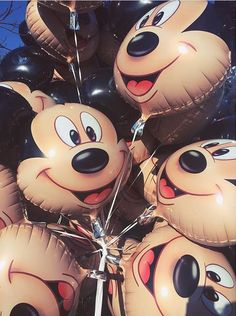 I remember my first trip to Disneyland Paris and I got my first mickey balloon and I kept it for the longest time and it was deflated and on the ground but I still didn't want to get rid of it because it the best thing I ever got! Disney Diy, Cute Disney, Disney Magic, Disney Parks, Walt Disney World, Disney Pixar, Disney Balloons, Mickey Mouse, Tsumtsum