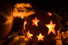 Ce que j'ai trouvé de mieux pour organiser un super Halloween : Invites tes ami(e)s, à plusieurs c'est plus drôle ! Prépares ton costume ! Zombie, fantôme, enfant possédé... A toi d'imaginer ! Fabriques ou achètes des décorations pour mettre tes invités...