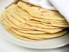 Domáca tortilla     hladká múka - 300 g     voda - 200 g     tuk - 70 g (ideálna je masť a v núdzi olej)     soľ - 1 KL     prášok do pečiva - 1/2 KL