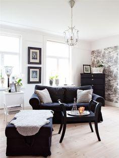 I allrummet på övervåningen står soffa Eketorp, Ikea. Det vita lilla skåpet följde med huset. Takkronan är likadan som den i sovrummet. En taburett fungerar som soffbord. Tapet Bohème, Boråstapeter.  Source: Hus & Hem