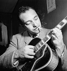 Malgré une main gravement handicapé gauche, le guitariste et compositeur de jazz Django Reinhardt est devenu un artiste d'enregistrement la plus vendue. Il a développé de nouvelles techniques de guitare utilisées par de nombreux guitaristes aujourd'hui.