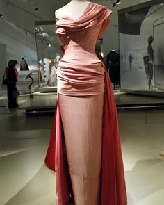 Dior exhibition at the Royal Ontario Museum. - Dior Dress - Ideas of Dior Dress - Dior exhibition at the Royal Ontario Museum. Vintage Dior, Vintage Gowns, Vintage Couture, Vintage Beauty, Vintage Outfits, Vintage Vogue, Vintage Hats, Pretty Outfits, Pretty Dresses