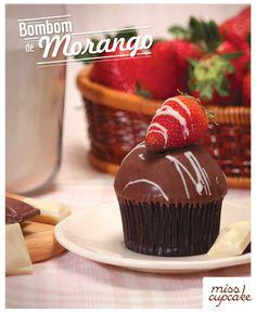 Massa de chocolate, recheio de brigadeiro branco e morango e cobertura de brigadeiro branco com casquinha de chocolate.