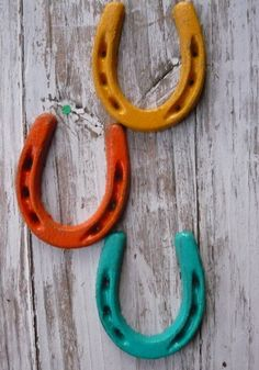 painted horse shoes. would be SO cute on my tack room...just to kick it up a notch for Daren...baha