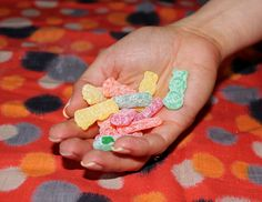 Halloween Candy: Sour Patch Kids. 13 1/3 pieces=100 calories.  You're guaranteed a sugar rush with Sour Patch Kids, which weigh in at 20 grams of sugar per 100-calorie portion. That puts it at the high end of the scale on our list. After all, the candy can't have zero grams of fat without making up for it elsewhere.