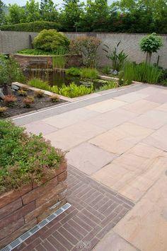 Een natuurlijke tuin maak je met natuursteen #terrastegels - Golden Leaf