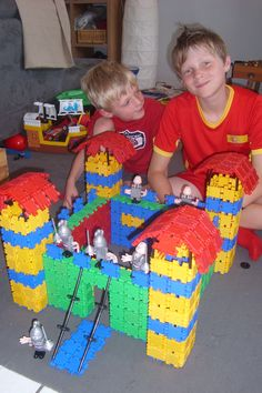 8 dappere Clics ridders verdedigen het kasteel. 8 Brave Clics knights defend the castle. 8 tapfere Clics Ritter Verteidigen die Burg. 8 braves Chevaliers Clics défendent le château. Lego Duplo, Diy For Kids, Knight, School, Castles, History, Projects, King, Coloring Pages