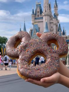 New Mickey Celebration Donut at Magic Kingdom Come on everybody get your ears on (and your grub on)! This new Mickey Celebration Donut can now be found at Magic Kingdom in Walt Disney World. Disney Parks, Walt Disney World, Disney World Food, Disney Trips, Disney Disney, Disney Ideas, Disney Desserts, Snacks Disney, Disney Recipes
