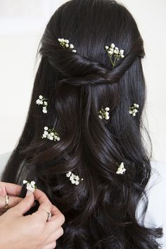 3 Fresh Ways to Wear Flowers in Your Hair this Spring