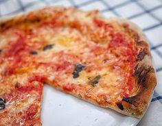 E visto che in questi giorni sto lavorando a foto di pizze, e ne sto patendo una gran voglia, vi spiego come la faccio io quando la faccio in casa... che dite, vi pare buona? Pizza Recipes, Bread Recipes, Pizza And More, Best Bread Recipe, Yams, Pizza Dough, Italian Recipes, Food And Drink, Cheese