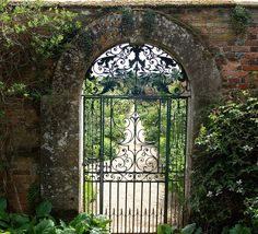 Rousham, 18th century walled garden, Oxfordshire - UK (* but use this in a hacienda under an arched hallway on the patio!)