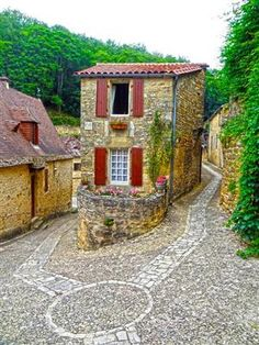 Beynac, Dordogne, France/using local materials and installing a no maintenance yard-such a new idea