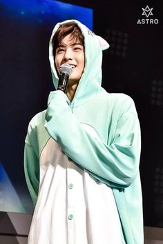 Eunwoo I want a onzie like that Cha Eun Woo, Chanyeol, Astro Wallpaper, Wallpaper Lockscreen, Cha Eunwoo Astro, Lee Dong Min, Pre Debut, Fandom, Rapper