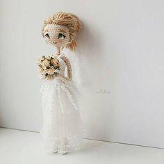 Amigurumi bride doll with posy of flowers. Knitted Dolls, Crochet Dolls, Amigurumi Patterns, Amigurumi Doll, Beautiful Crochet, Beautiful Dolls, Crochet Doll Pattern, Crochet Patterns, Wedding Doll