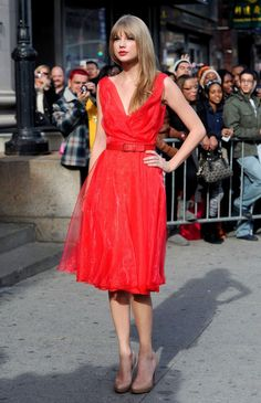Taylor Swift showed off a sweet new banged 'do in a red organza dress with a red leather belt. Taylor Swift was ravishing in a fiery red Oscar de la Renta frock. The style maven kept her accessories simple, opting for nude platform pumps. Taylor Swift 2011, Taylor Swift Bangs, Taylor Swift Outfits, Taylor Swift Style, Taylor Swift Skinny, Red Bangs, Red Taylor, Organza Dress, Taylor Swift Pictures