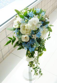 #amandanblue#novarese#vressetrose#wedding #white #round #bouquet #clutchbouquet #natural#flower #bridal#アマンダンブルー #ノバレーゼ#ブレスエットロゼ#ウエディング# ホワイト#グリーン#シンプル #クラッチ# ブーケ# ナチュラル#小花#ナチュラル#ブライダル#結婚式#ブレスエットロゼ鎌倉#水色#キャスケードブーケ Floral Wedding, Wedding Colors, Wedding Bouquets, Wedding Flowers, Trailing Bouquet, Church Wedding Decorations, Flower Boxes, Wedding Accessories, Flower Arrangements