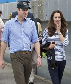 In true royal fashion, Kate wore her sapphire ring for the outdoor excursion.