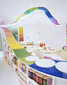 Bibliothèque pour enfants colorée - Beijing, Chine.  Imaginée par le cabinet Sako architects. Les concepteurs offrent aux petits un lieu magique tout droit sorti d'un kaleidoscope car c'est un parcours multicolore qui les mène à la salle des livres. Les modules de rangements sont courbes, tout comme les espaces intérieurs. Des zones rondes comme des cocons permettent aux lecteurs de s'isoler pour s'évader….