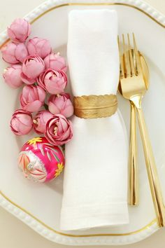 Pink and gold place setting - pink flowers, gold cutlery Party Deco, Gold Flatware, Beautiful Table Settings, Festa Party, Party Party, Party Time, Decoration Inspiration, Design Inspiration, Christmas Table Settings