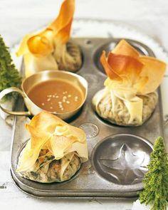 Da werden sich alle Vegetarier freuen: Die Gemüsesäckchen mit Sesamsoße sind gefüllt mit Linsengemüse und machen auf dem Silvester-Buffet ordentlich was her. Zum Rezept: Gemüsesäckchen