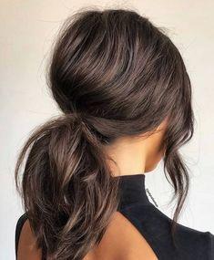 Coleta de caballo con volumen. Primero ondula tu cabello mediano como te recomendamos en el punto número 1, sujétalo en coleta de caballo pero divide un mechón en el fleco para darle volumen antes de amarrar. Crea un efecto crepé y luego sujeta hacia atrás.