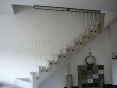 Sécurisation d'un escalier en béton avec sandows couleur ivoire.