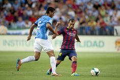 Mascherano lucha un balón con Roque Santa Cruz.   Málaga 0-1 FC Barcelona. [25.08.13]