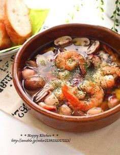 アヒージョとは、オリーブオイルとニンニクで具材をゆっくり低温で煮込むスペイン料理です。 具材はもちろん、残ったオイルも美味しくいただけます。パーティーメニューにもふさわしい、華やかさのあるお料理です。