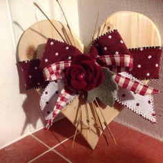 Cuore in legno decorato Valentine Wreath, Valentine Decorations, Valentine Heart, Christmas Decorations, Valentines Day Food, Valentine Day Crafts, Fall Crafts, Crafts To Make, Shabby Chic Hearts