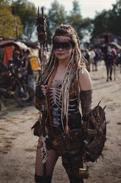 Post-Apocalyptic Fashion - Fantasy horror etc - Costume Post Apocalyptic Costume, Post Apocalyptic Fashion, Conquest Of Mythodea, Karneval Diy, Apocalypse Costume, Mad Max Costume, Diy Halloween Costumes For Women, Halloween Halloween, Group Halloween