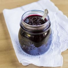 Extremely easy and quick sugar-free blueberry jam. Find also a recipe for sugar-free, gluten-free blueberry jam filled muffins!
