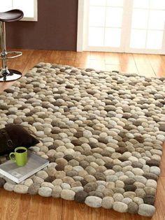 שטיח כדורי לבד במראה חלוקי נחל