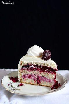 Ten tort jest jednocześnie prosty i skomplikowany, zwłaszcza dla kogoś kto nie ma cierpliwości. Biszkopt, bita śmietana, mascarpone i owoce to nie fizyka kwantowa, jednak etapowy proces, oczekiwani… Polish Cake Recipe, Sweet Recipes, Cake Recipes, Meringue Cake, Keto Cake, Cake Ingredients, Food Cakes, Cakes And More, Tray Bakes