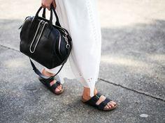 17 Trendy How To Wear Birkenstock Sandals Minimal Chic Estilo Birkenstock, Birkenstock Style, Birkenstock Sandals, Black Birkenstock, Birkenstock Arizona, Ballerinas, Walking, Ugly Shoes, Minimal Chic