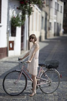 very hipster cause she has a bike lol | Shared from http://hikebike.net