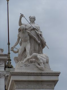 Altare Della Patria: Il Diritto, di Ettore Ximenes, sul pilastro d'angolo del muro perimetrale destro.