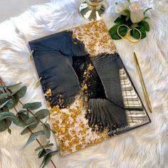 Das Buchcover aus Resin ist in schimmerndem Schwarz mit Blattgold sowie Glitter gestaltet. Die Rückseite ist Schwarz. Du kannst das Resinbuch als Gästebuchalternative für deine Hochzeit oder als Notizbuch nutzen, der Inhalt ist austauschbar, da die Ringe geöffnet werden können. So kannst du es auch als Kalender oder Auftragsbuch nutzen. Die Resinbücher in schwarz können auch als Kondolenzbuch verwendet werden. #verlobung #gästebuch #gästebuchhochzeit #notizbuch #journal #hochzeitsgeschenk #ve Journal, Bags, Gold Leaf, Notebook, Engagement, Calendar, Ring, Black, Handbags